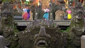 Slowmotion schot de Saraswati-Tempel in Ubud-dorp op het eiland van Bali, Indonesië Steenstandbeelden binnen de tempel stock videobeelden