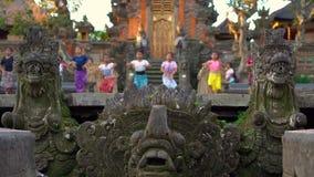 Slowmotion schot de Saraswati-Tempel in Ubud-dorp op het eiland van Bali, Indonesië Steenstandbeelden binnen de tempel stock video