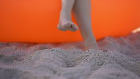 Slowmotion schot van een jonge vrouw op een tropische strandzitting op een opblaasbare bank De vakantieconcept van de zomer stock videobeelden