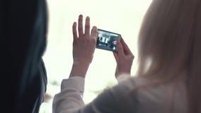 Slowmotion Schuss eines Konzerts Personentriebvideos an einem Handy Frau, die Gesangschüssel und Gesang, in der purpurroten und b stock video