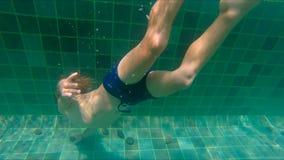 Slowmotion skott av dykning och att plaska för pys i en pöl stock video