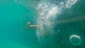 Slowmotion skott av dykning och att plaska för pys i en pöl arkivfilmer