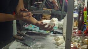 Slowmotion skott av en process av att göra en hand - gjord naturlig glass på en asiatisk nattmarknad lager videofilmer
