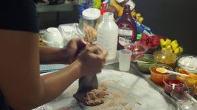 Slowmotion skott av en process av att göra en hand - gjord naturlig glass på en asiatisk nattmarknad stock video