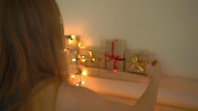 Slowmotion skott av en ung kvinna som förbereder en edvent kalender för jul arkivfilmer