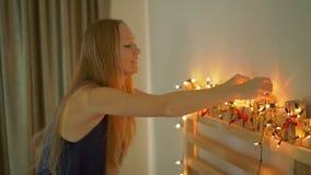 Slowmotion skott av en ung kvinna som förbereder en edvent kalender för jul lager videofilmer