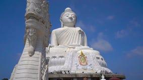 Slowmotion steadicam schoss von einer gro?en Buddha-Statue auf Phuket-Insel Reise zu Thailand-Konzept stock video footage