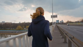 SlowMotion van de Jonge Dame van Nice in Sportkleding die op een Brug in de Stad lopen stock footage