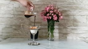 Slowmotion van het maken van Affogato-Koffie, zuiver een schot van Espresso aan Roomijs stock video