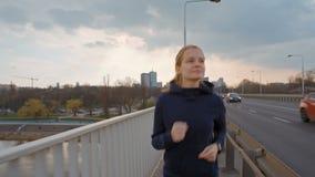 SlowMotion van Jonge Dame Running op Brug in de Stad Het aanstoten van vooraanzicht stock videobeelden