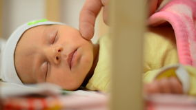 Slowmotion van Zacht wat betreft Wang van Pasgeboren Baby, Close-up, Slaaptijd stock videobeelden