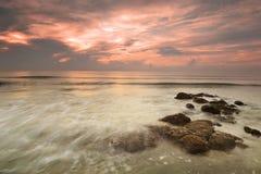 Slowshutter en la playa en la salida del sol Imágenes de archivo libres de regalías