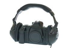 SLR Kamera unter Verwendung des Kopfhörers Stockfotografie