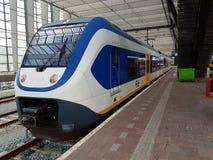 SLT-lightrail de sprinter tussen Rotterdam en Gouda wacht langs platform bij post Rotterdam Centraal stock afbeeldingen