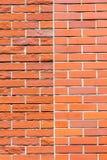 Släta och ruffa mot väggen för röd tegelsten, jämföra två texturer Royaltyfri Foto