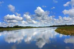 Släta som den Glass reflexionen av himmel Arkivbilder