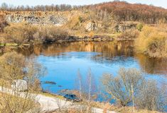 Sluch河的片段在Novograd-Volynsky附近,乌克兰镇的  免版税库存照片