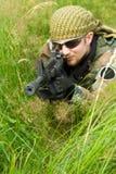 Sluipschutter die in een gras legt Stock Foto's