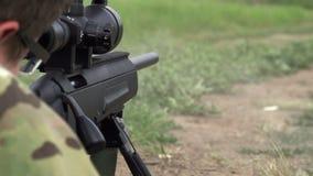 Sluipschutter Shoots van een Geweer stock footage
