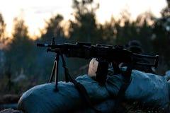 Sluipschutterteam met groot kaliber, sluipschuttergeweer wordt bewapend, die vijandelijke doelstellingen op waaier van schuilplaa royalty-vrije stock foto's