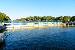 Sluisdeuren op rivier Royalty-vrije Stock Foto's