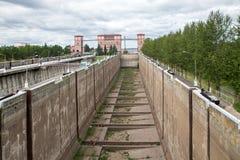 Sluisgateway aan rivierkanaal voor schepen Stock Afbeeldingen