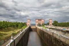 Sluisgateway aan rivierkanaal voor schepen Stock Foto's