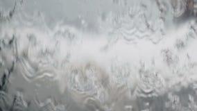 Sluit achtergrond van de water omhoog de stromende textuur stock footage