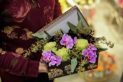 Sluit anjer steeg het boeket van de orchideebloem in doos Stock Afbeeldingen