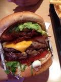 Sluit bbq omhoog baconhamburger Stock Afbeelding