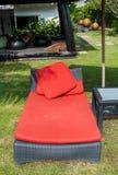 Sluit bed van de strand omhoog het rode stoel Stock Fotografie