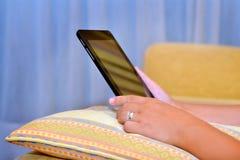 Sluit beeld die van vrouwenhanden tabletapparaat omhoog houden stock foto's