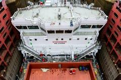 Sluit beeld van vrachtschip inging omhoog de Witte overzees-Baltische Kanaalgateway royalty-vrije stock afbeelding
