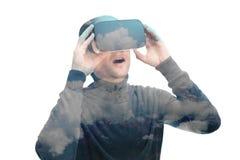 Sluit binnen omhoog geschoten die van mannetje in zwarte door VR glazen op witte achtergrond wordt verbaasd Royalty-vrije Stock Afbeelding