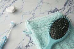 Sluit blauw washandje, omhoog borstelzeep en tandenborstel op marmeren plaat royalty-vrije stock foto