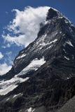 Sluit blik aan top van matterhornberg door wolken wordt behandeld die royalty-vrije stock fotografie