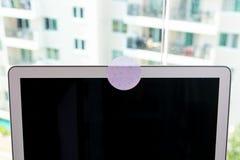 Sluit blokkeert behandeld webcam met een witte stickerband stock fotografie