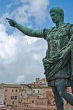 Sluit Caesar Augustus-omhoog bronsstandbeeld Stock Foto