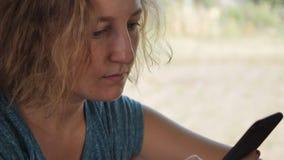 Sluit cellulair portret omhoog vrouwelijk overseinen stock video