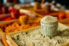 Sluit de geraspte specerij van het notemuskaat geurige kruiden in glas in dienblad stock fotografie