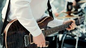 Sluit de handen die elektrische gitaar spelen stock video