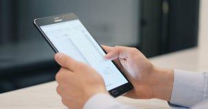 Sluit de handen omhoog multitasking mens gebruikend tabletstootkussen stock footage