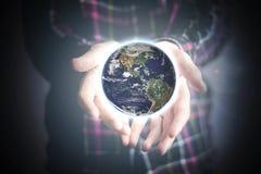 Sluit de handen van de persoon het houden verlichten omhoog aarde, ruimteconcept Elementen van dit die beeld door NASA wordt gele royalty-vrije stock afbeeldingen