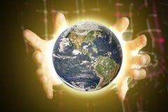 Sluit de handen van de persoon het houden verlichten omhoog aarde, ruimteconcept Elementen van dit die beeld door NASA wordt gele stock foto's