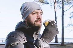 Sluit de Kaukasische gebaarde mens met weghalen omhoog kop van koffie stock afbeeldingen