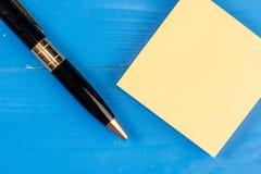Sluit de mening omhoog gekleurde houten verpletterde pen gaten van achtergrond kleverige notastootkussens Het vierkante document  stock afbeelding