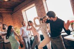 Sluit de minnaars omhoog elegante beste vrienden die van de fotoliefde uit het dansen gedronken verjaardag zingen zangerliederen  royalty-vrije stock afbeeldingen