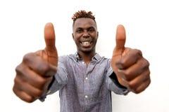 Sluit de omhoog glimlachende jonge afromens met twee duimen omhoog op witte achtergrond Royalty-vrije Stock Foto