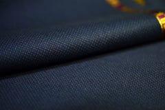 Sluit de textuur omhoog donkerblauwe stof van het broodjespatroon van kostuum Royalty-vrije Stock Afbeeldingen