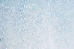 Sluit de vorst lichte achtergrond, omhoog bevroren de winterruit met een laag bedekte glanzende ijzige patronen stock foto